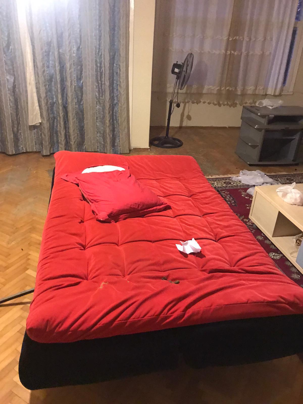 kırmızı renkli yatak olan çekyat acil satılık