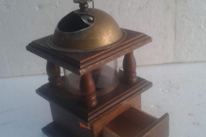 antika kahve değirmeni, ürünün ölçüleri: boyu 20 cm eni 12 cm
